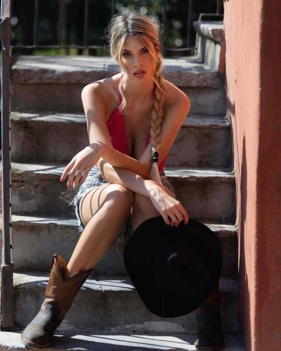 Modelle Brescia • NICOLE L • DEVELOPMENT, Gambista, Beauty, Manista, E-Commerce, Fotomodella Legs / Hand, Top Models, Fotomodella Over 30, Fotomodella Over 20, Intimo, Abiti da Sposa, Fittings
