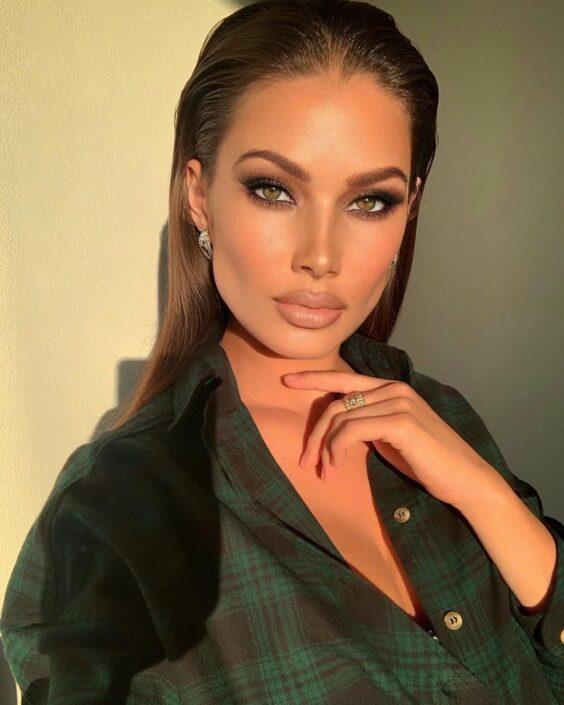 Modelle Brescia • ARINA B • Fotomodella Influencer, WOMEN, Gambista, Manista, Catalogo, E-Commerce, Sfilata, Top Models, Fotomodella Over 20, Intimo, Abiti da Sposa, Fittings